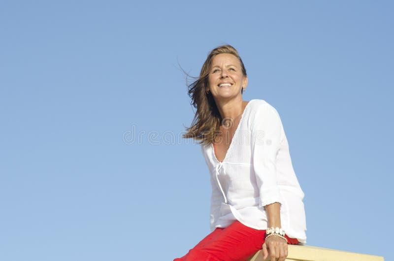 Femme mûre relaxed sûre extérieure image libre de droits