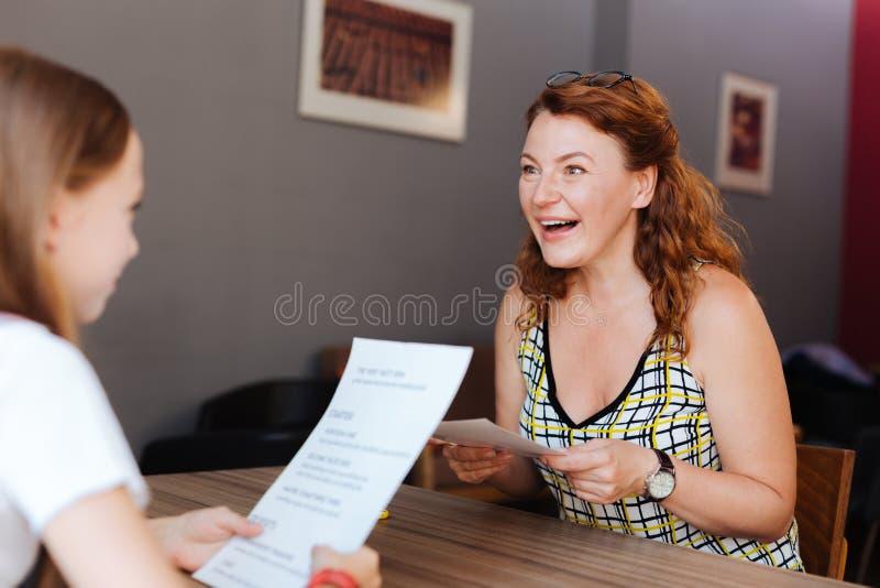 Femme mûre rousse sentant le jour heureux de dépense avec la fille images libres de droits
