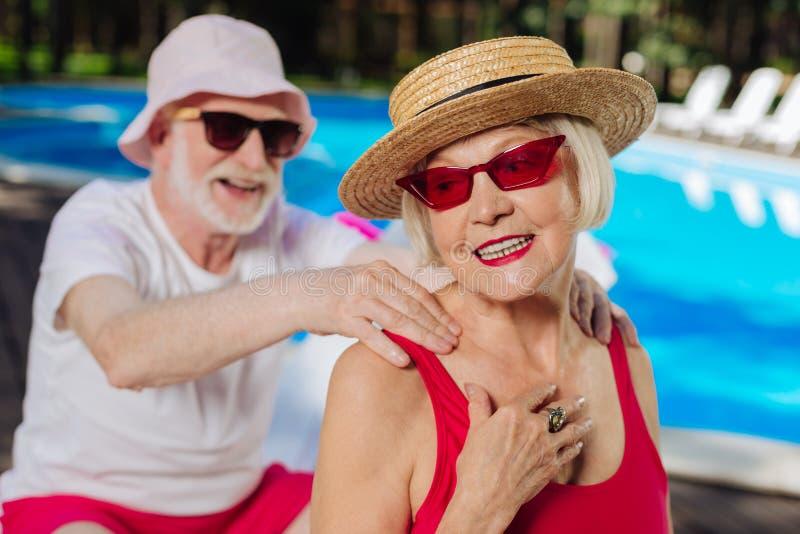 Femme mûre se sentant heureuse passant le temps avec le mari de soin images libres de droits