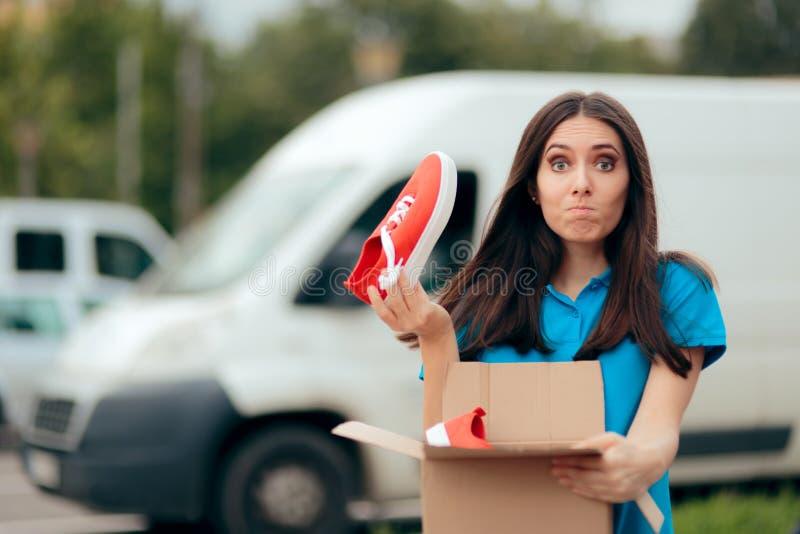 Femme m?contente de l'ordre d'Internet recevant de mauvaises chaussures photo stock