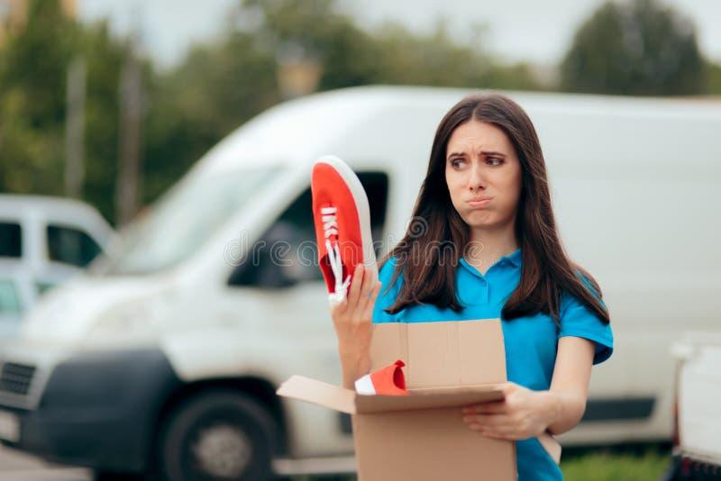 Femme m?contente de l'ordre d'Internet recevant de mauvaises chaussures photographie stock libre de droits