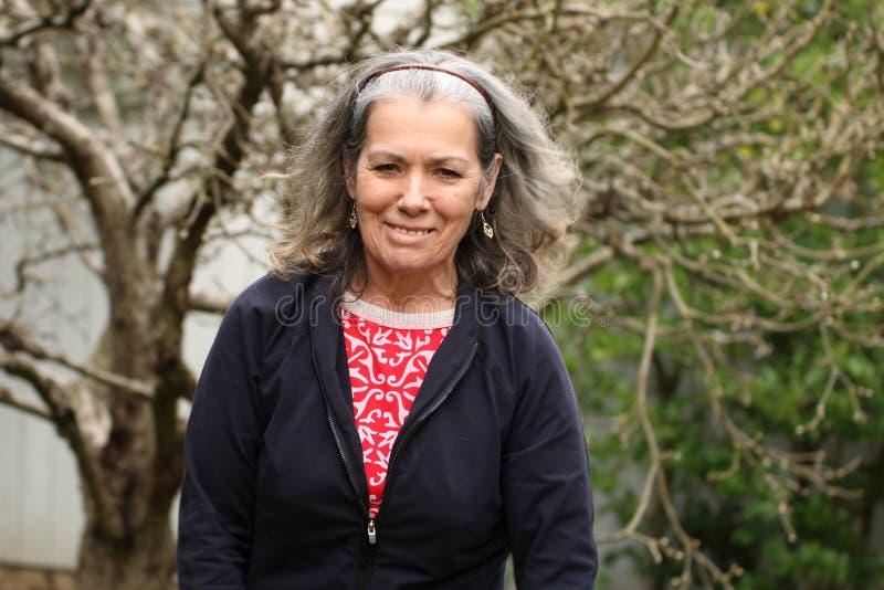Femme mûre active énergique de sourire images libres de droits