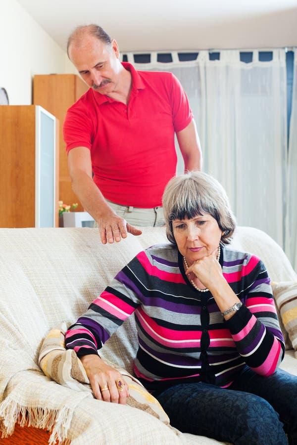 Femme mûre ayant des problèmes avec le mari photo stock