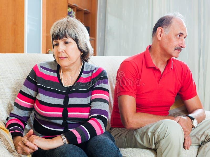 Femme mûre ayant le conflit avec le mari photos stock