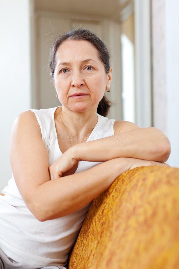 Femme mûre de beauté pensive dans la maison images libres de droits