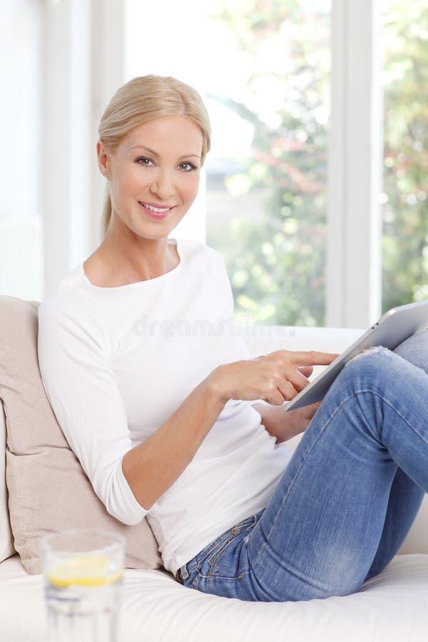 Femme mûre de sourire photographie stock