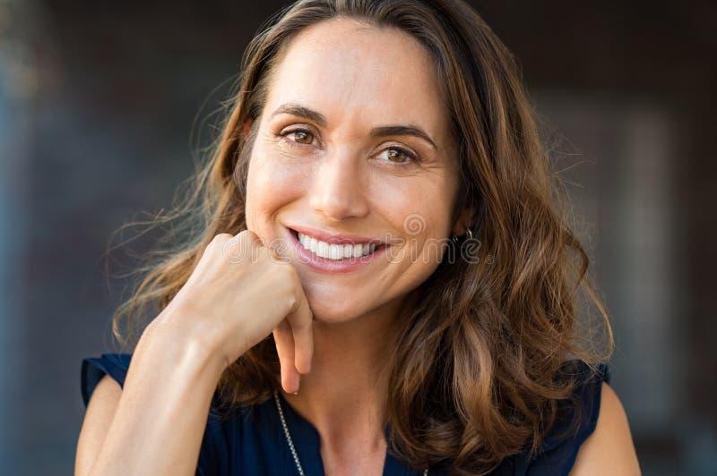 Femme mûre de sourire photographie stock libre de droits