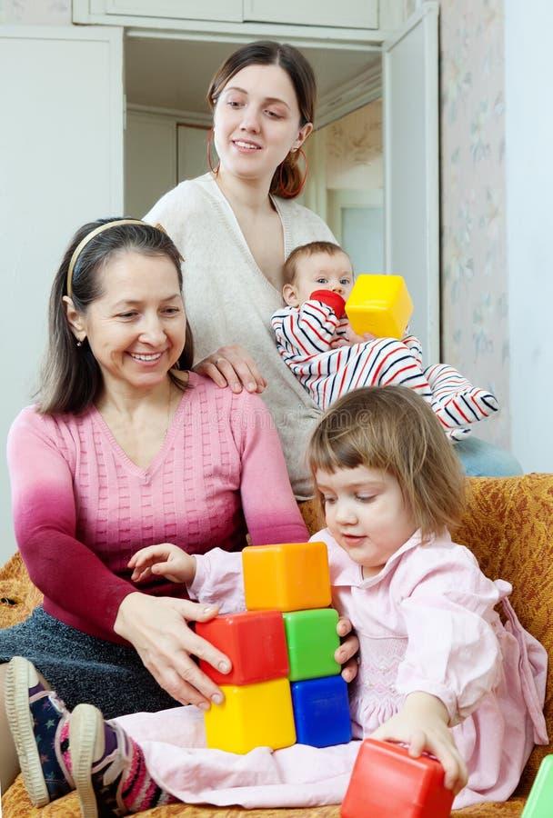 Femme mûre et ses jeux adultes de fille avec des enfants photo stock
