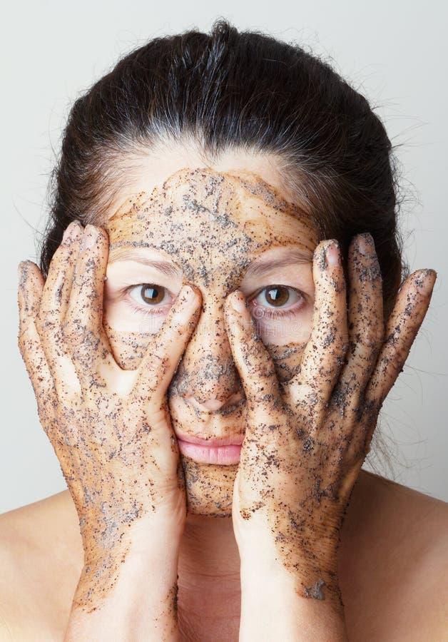 Femme mûre faisant le masque cosmétique photo libre de droits