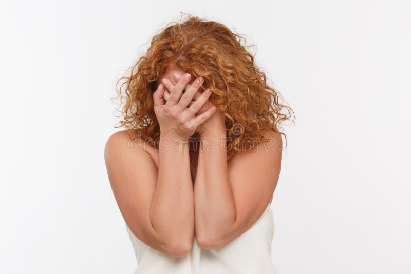 Femme mûre gênée photo libre de droits