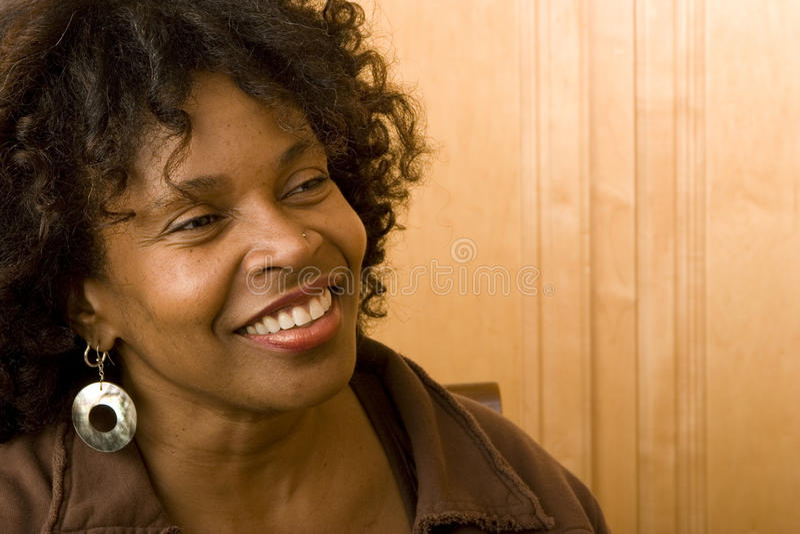 Femme mûre heureuse d'Afro-américain souriant à la maison photos libres de droits