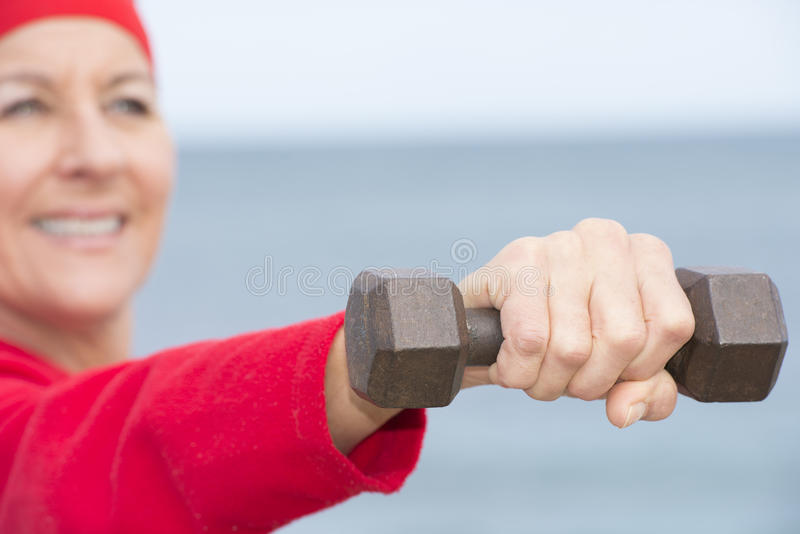 Femme mûre positive sportive extérieure image stock