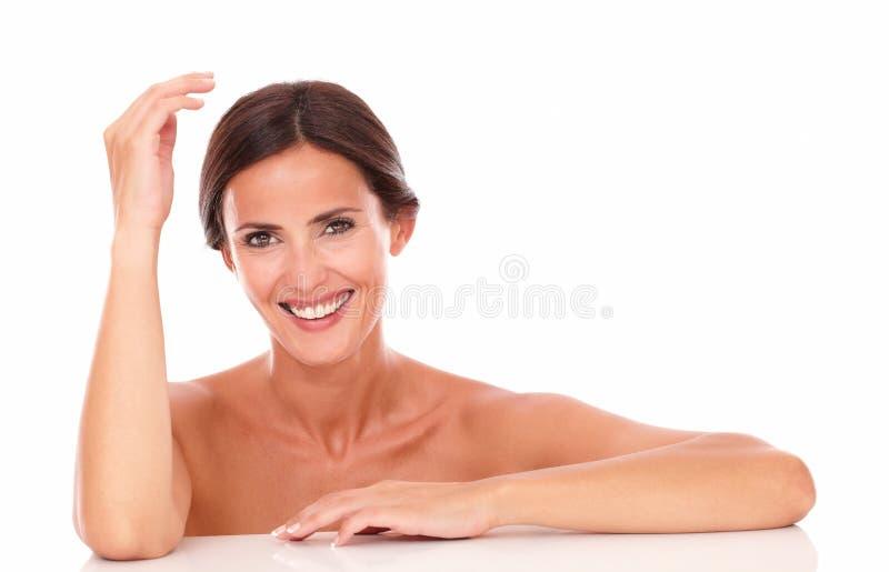 Femme mûre riant et regardant l'appareil-photo images stock