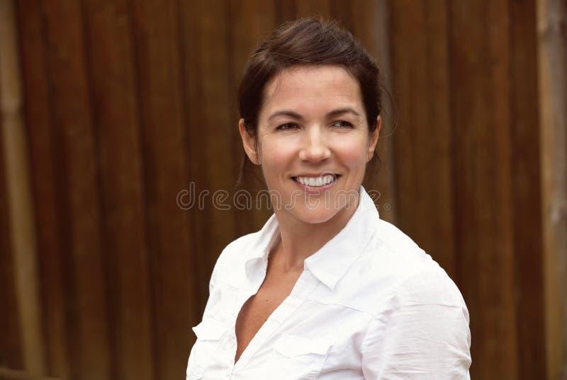 Femme mûre souriant dehors image stock
