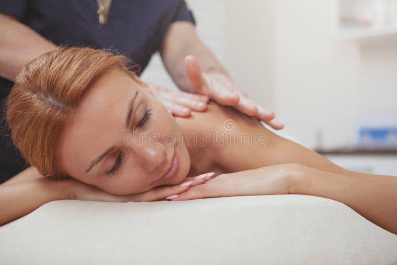Femme magnifique appr?ciant le plein massage de corps au centre de station thermale images libres de droits