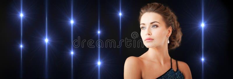 Femme magnifique avec des boucles d'oreille de diamant photo libre de droits