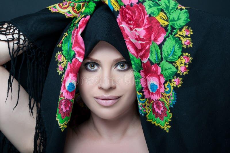 Femme magnifique avec l'écharpe florale photos stock