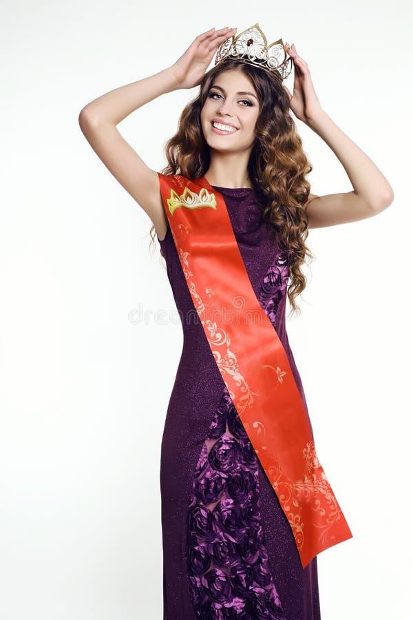 Femme magnifique avec la couronne de victress du concours de beauté photos stock