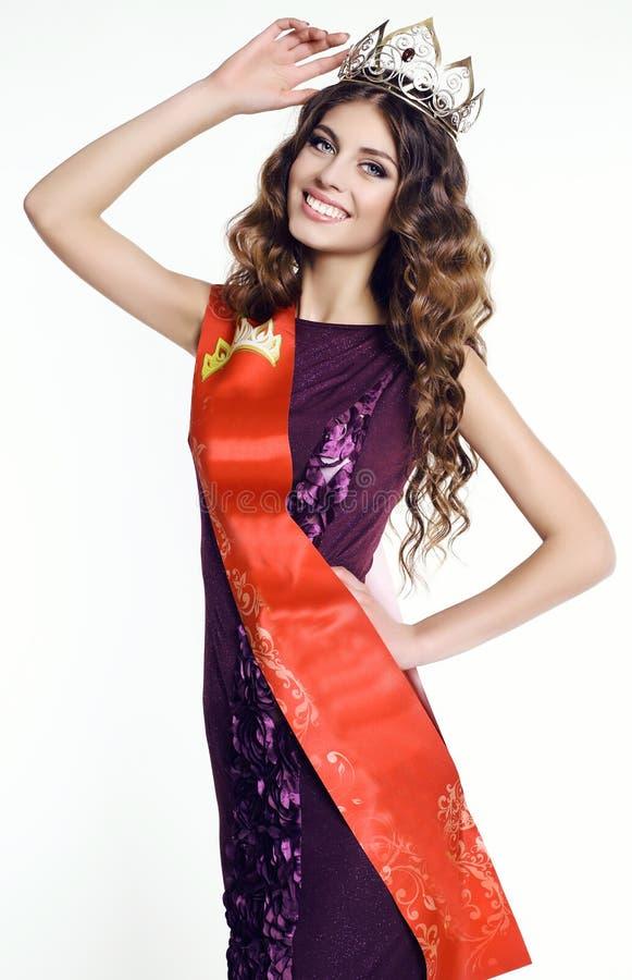 Femme magnifique avec la couronne de victress du concours de beauté photographie stock libre de droits