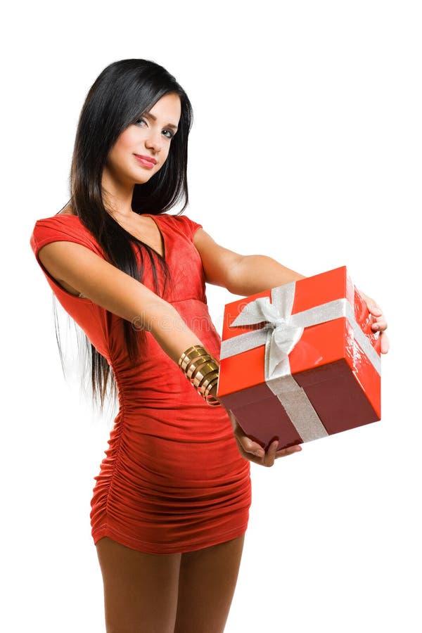 Femme magnifique avec le cadre de cadeau de Noël. photographie stock libre de droits