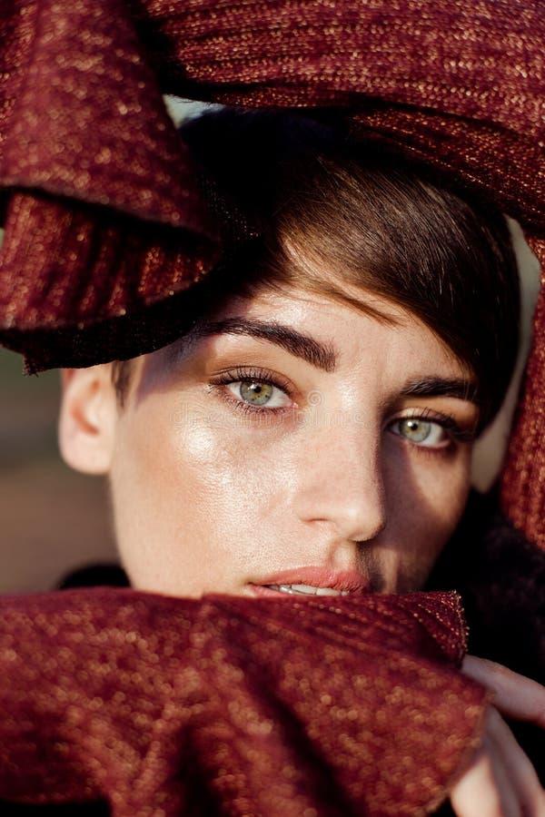 Femme magnifique avec les cheveux courts posant dehors image stock