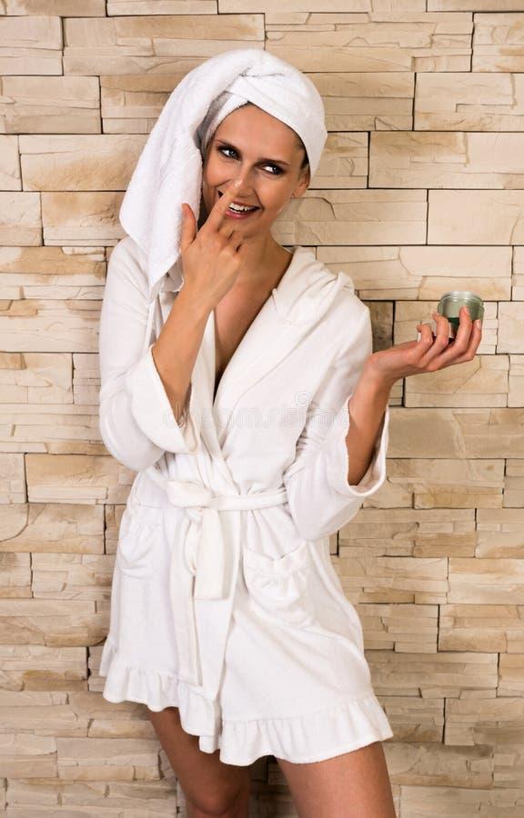 Femme magnifique ayant l'amusement avec le pot crème photos libres de droits