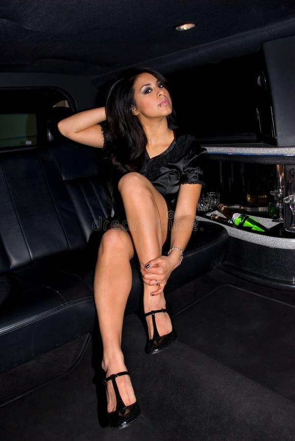 Femme magnifique dans la limousine. image stock