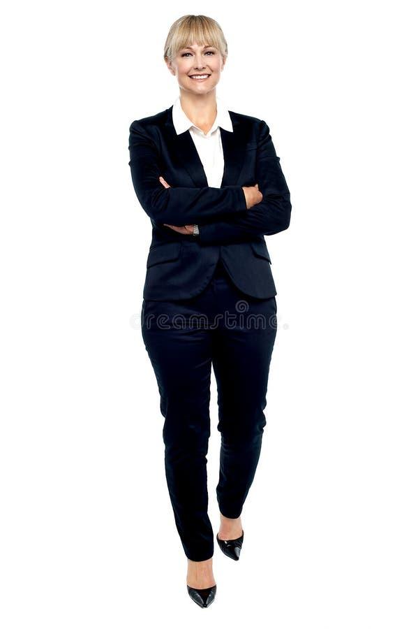 Femme magnifique dans le costume marchant vers vous image libre de droits