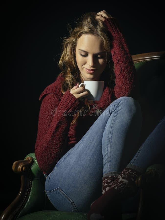Femme magnifique de brune appréciant le café photographie stock libre de droits