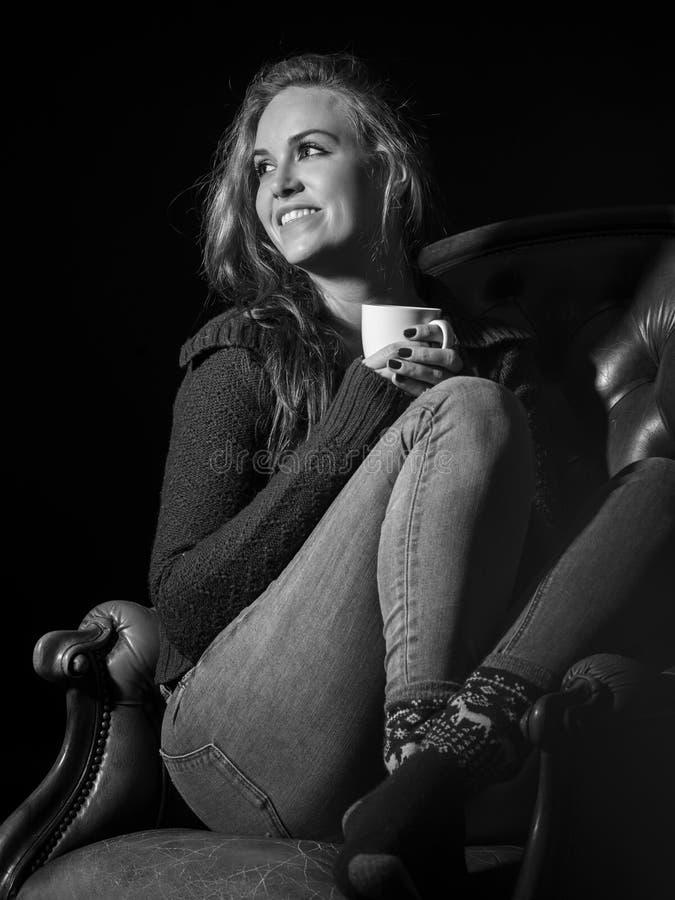 Femme magnifique de brune appréciant le café photo stock