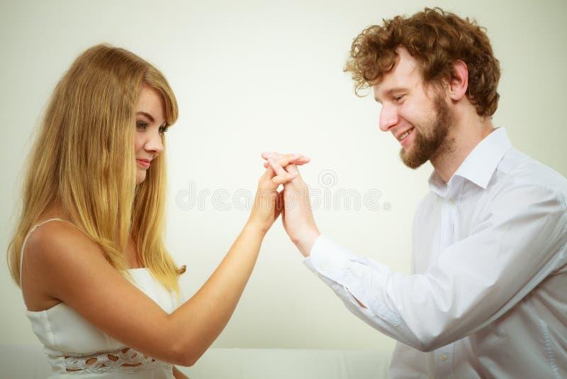 Femme magnifique et homme bel Couples affectueux photo stock