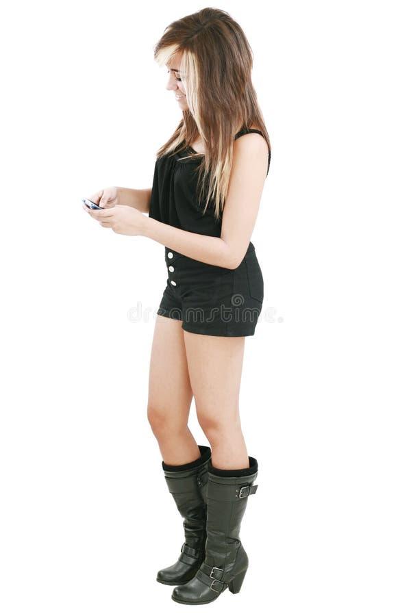 Femme magnifique introduisant un message de sms des textes photographie stock libre de droits