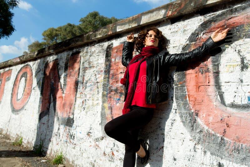 Femme magnifique posant avec le graffiti photos libres de droits