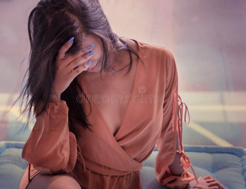 Femme maintenant son chef triste dans la pensée profonde photo libre de droits