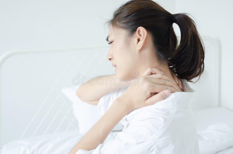 Femme malade avec douleur image libre de droits