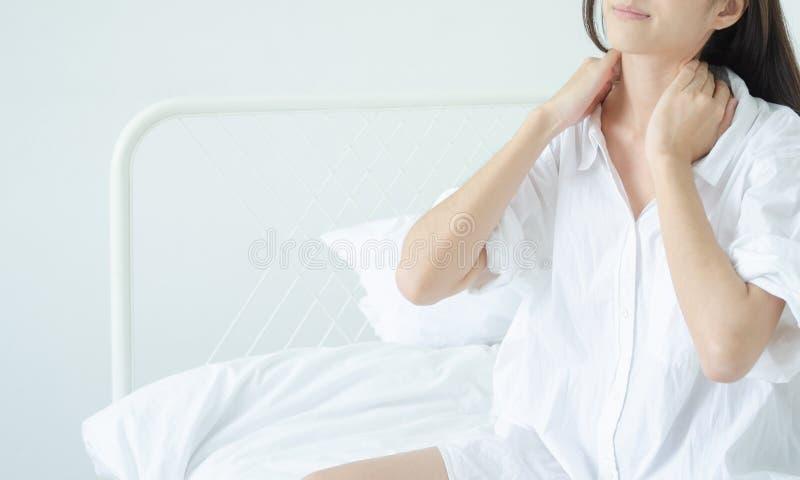 Femme malade avec douleur photographie stock