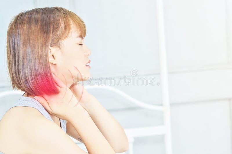 Femme malade avec douleur photo stock