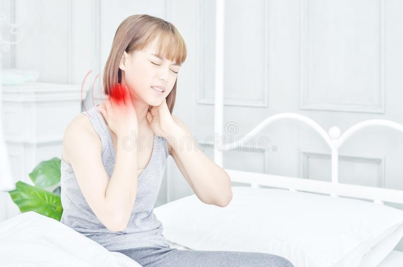 Femme malade avec douleur image stock