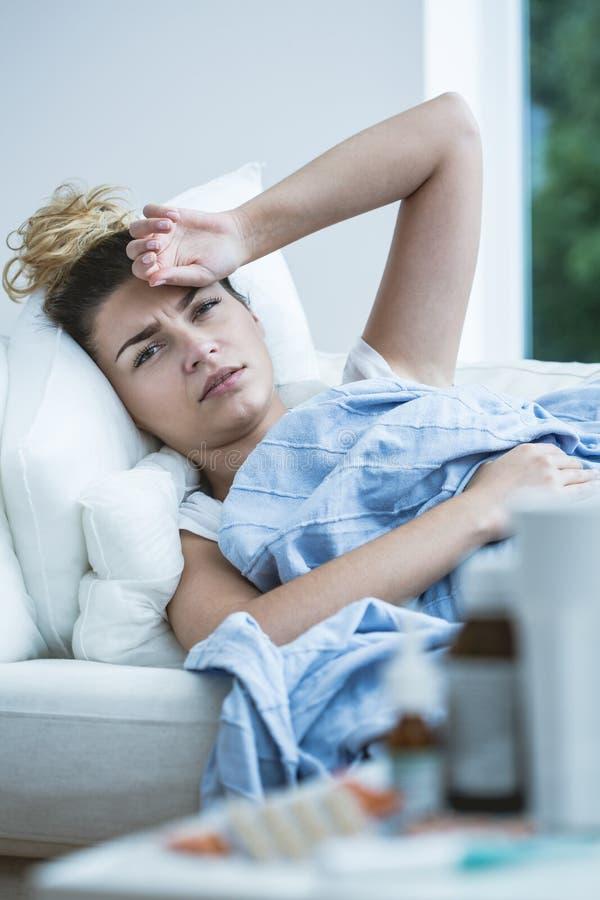 Femme malade avec la fièvre images libres de droits