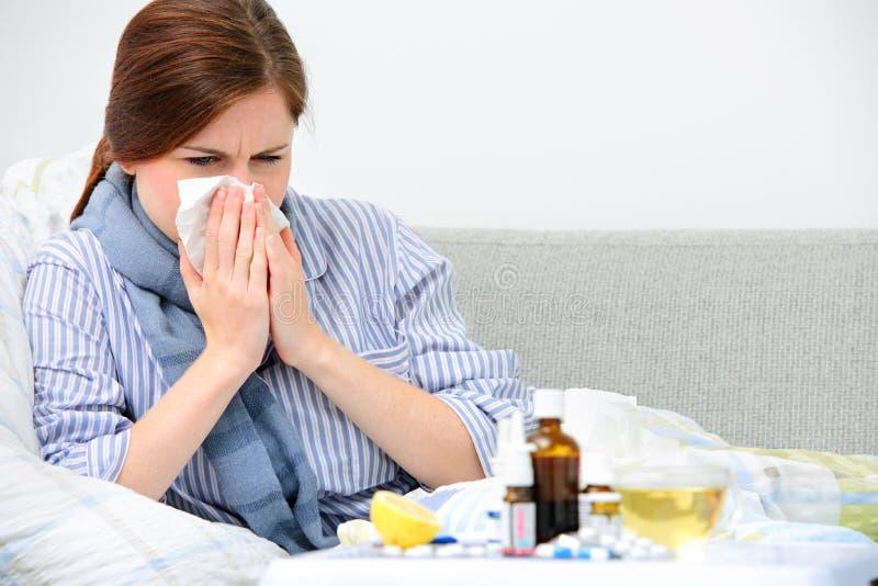 Femme malade se situant dans le lit photographie stock libre de droits