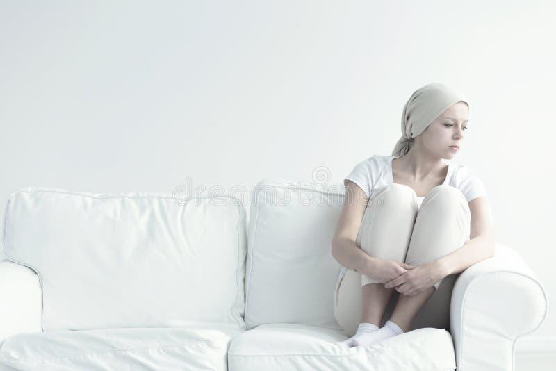Femme malade seule avec le cancer photographie stock libre de droits