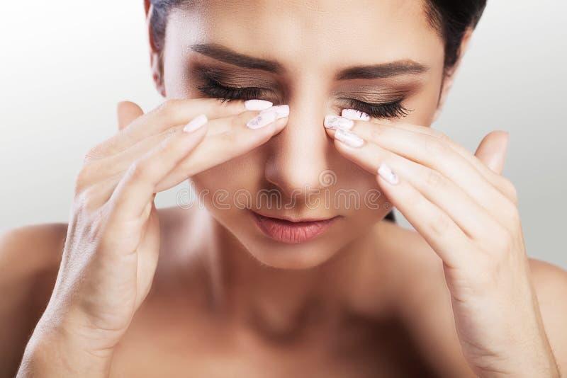 Femme malheureuse de douleur de yeux belle souffrant de la douleur oculaire forte Portrait de plan rapproché d'un effort féminin  images libres de droits