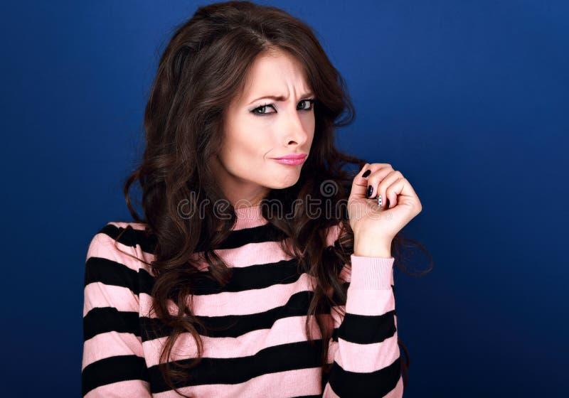 Femme malheureuse de pensée de maquillage de brune de confusion drôle belle images libres de droits