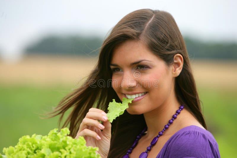 Femme mangeant d'une salade. photo stock