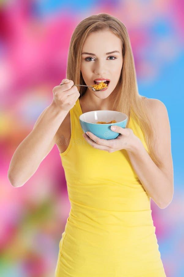 Femme mangeant de la céréale images stock