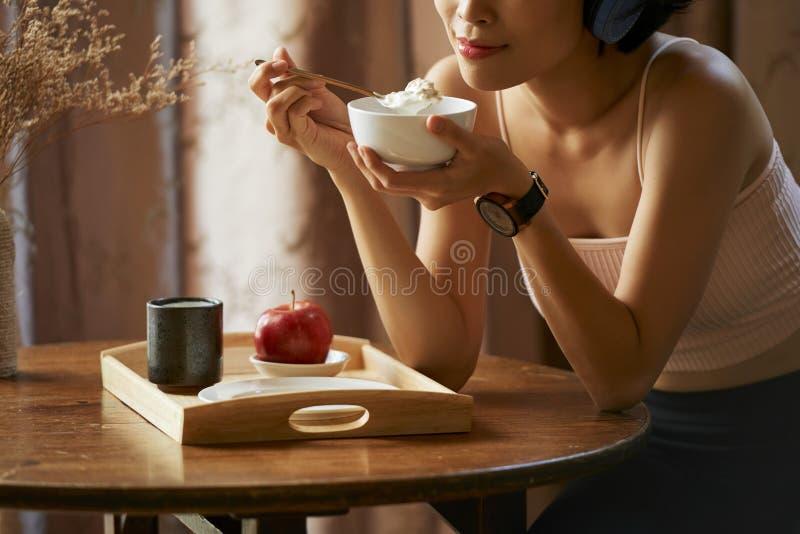Femme mangeant de la granola images stock