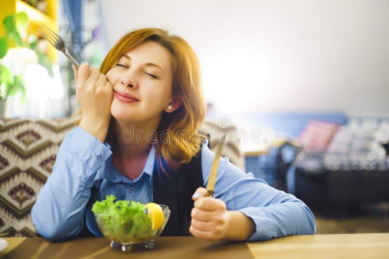 Femme mangeant de la salade image stock