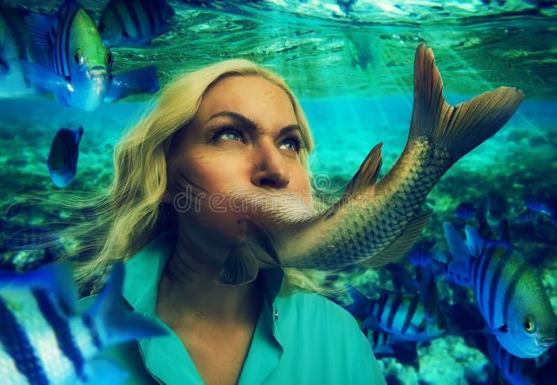 Femme mangeant des poissons images stock