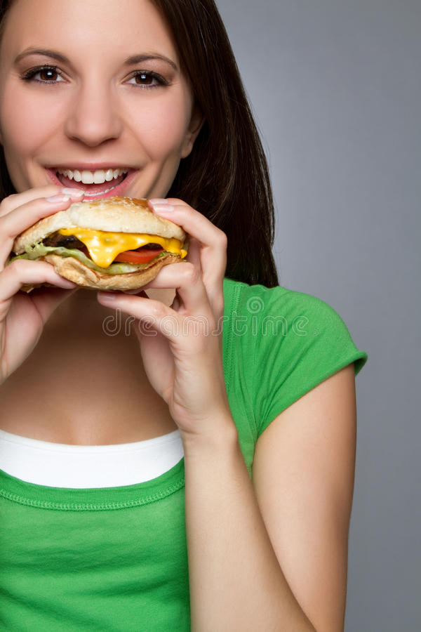 Femme mangeant l'hamburger images libres de droits