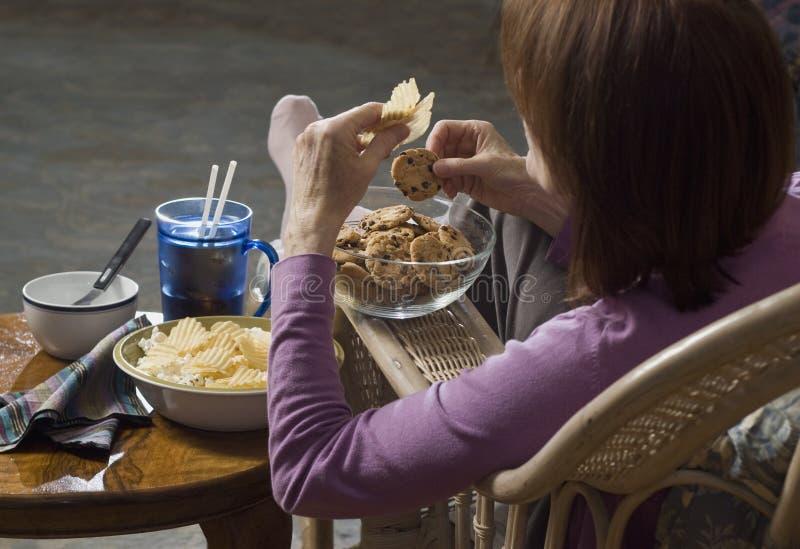 Femme mangeant la camelote food_1 image stock